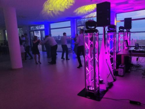 Idj na wesele,dj na imprezę,dj wodzirej,dj konferansjer,dj na wesele Warszawa,dj mazowieckie,dekoracja światłem,taniec w chmurach